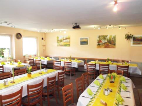 Gasthaus am Dorfanger – Ihr Gasthaus in Henningsdorf - Gastraum mit eingedeckter Tafel