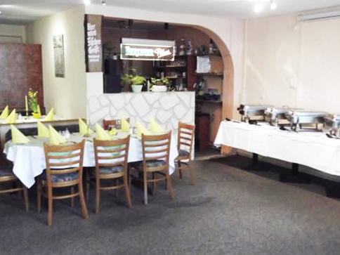 Gasthaus am Dorfanger – Ihr Gasthaus in Henningsdorf - Gastraum mit aufgebautem Büffett